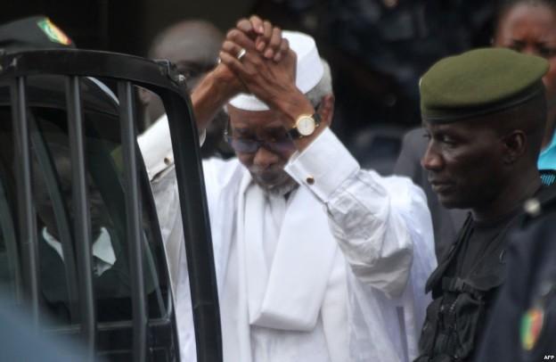 Permission, confinement ailleurs qu'en prison, liberté provisoire ou grâce définitive ? L'ancien Président tchadien, Hissein Habré libéré
