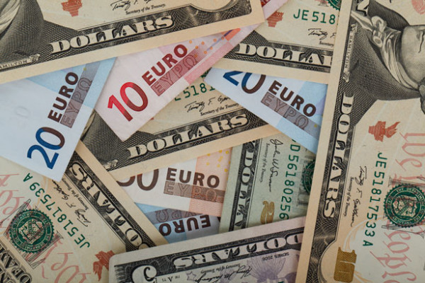 Marché Financier et monétaire  international Face au dollar, l'euro continue son repli