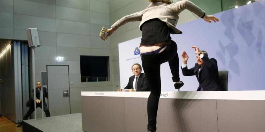 Incroyable mais vrai : Une femme bondit sur le Directeur de la BCE et l'interrompt brutalement