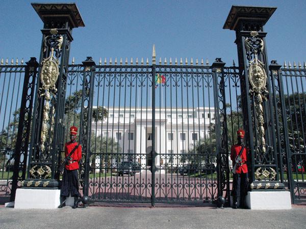 Politique : heurts entre gendarmes, élèves et étudiants de l'APR devant les grilles du  palais