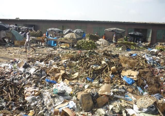 Immondices, eaux stagnantes et autres insalubrités : le marché Syndicat de Mbour se révolte et refuse de payer les taxes