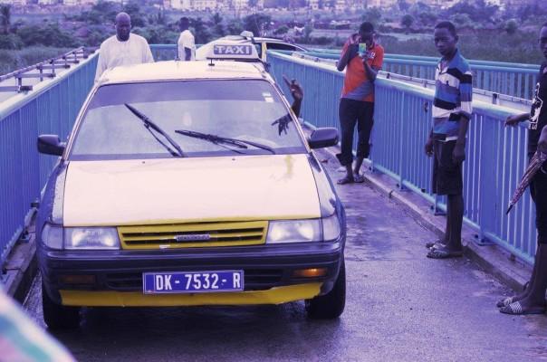 Inconscience et incivisme Taxi sur la passerelle-Dakar