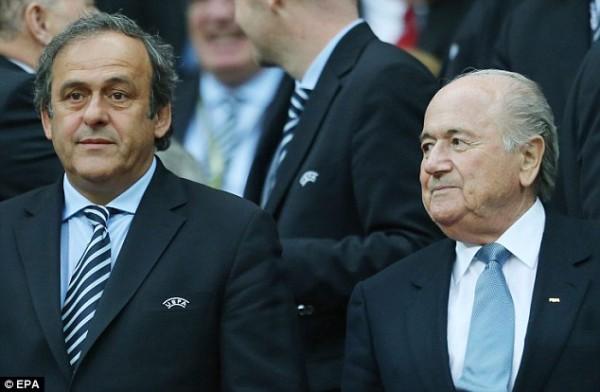 Sepp Balter et Michel Platini, son potentiel successeur,  mouillés dans une affaire aux allures de scandale
