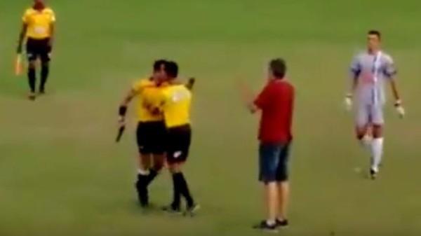 Foot/insolite : Bousculé, un arbitre brésilien sort un pistolet en plein match