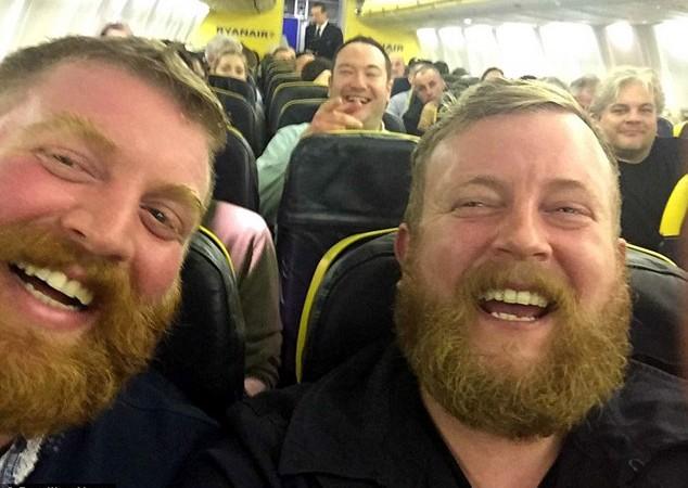 Auraient-ils été séparés à la naissance ? Un homme barbu rencontre sa copie conforme dans un avion