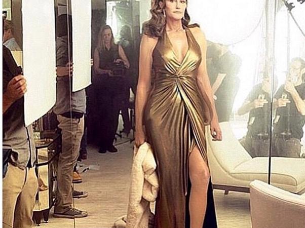 Bruce (alias) Caitlyn Jenner, un transsexuel reçoit le prix Glamour ''Femme de l'année'' et choque