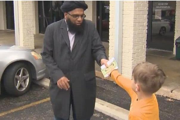 Texas : Bel exemple de solidarité et de dépassement, un enfant de 7 ans fait un don de toute sa tirelire à la mosquée vandalisée