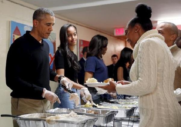 Obama et famille distribuent des repas de Thanksgiving à des sans-abri