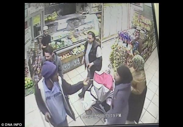 New York un postier est pris en photo crachant sur deux mères musulmanes en hijab, les qualifiant de terroristes…