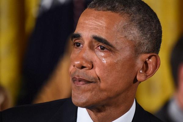 Obama, ému jusqu'aux larmes, remercie Trump de lui avoir « accordé » la nationalité