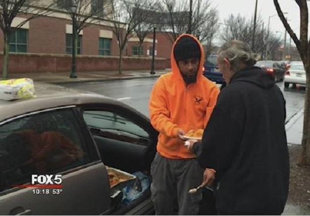 Atlanta Pas nanti, mais très généreux, il sacrifie ses revenus pour nourrir les sans abri