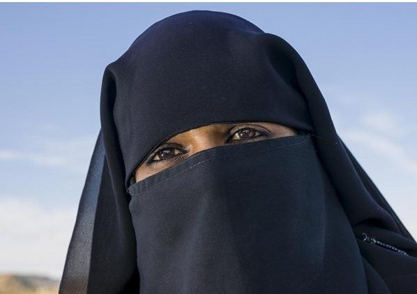 La femme à la burqa frustrée par un apprenti boude le car