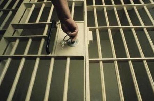 Une femme arrêtée, le corps de son compagnon, sous son lit depuis une semaine, a été découvert