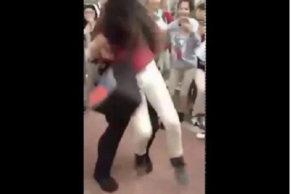 San Antonio Filmé en train plaquer durement au sol une fille, un policier suspendu