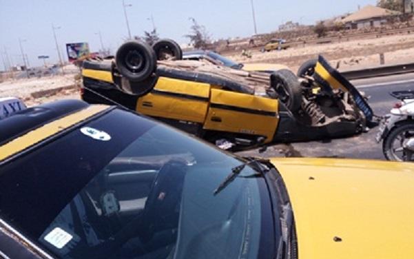 Accident spectaculaire à Patte d'oie   Un taxi se retrouve les quatre fers en l'air