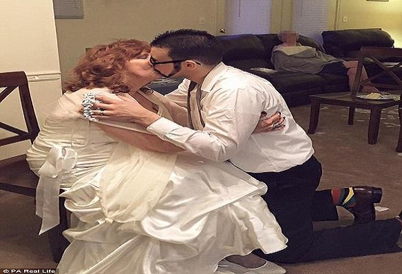 Coup de Foudre à Tennessee  Une Grand-mère de  71 ans, se marie avec un jeune de 17 ans après l'enterrement de son fils