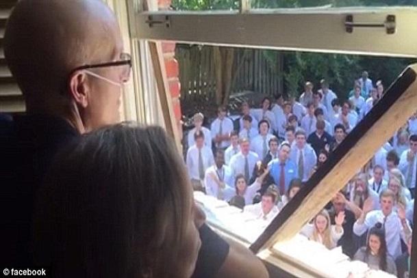 Moments pleins d'émotions où 400 étudiants chantent des prières pour leur Prof atteint du Cancer