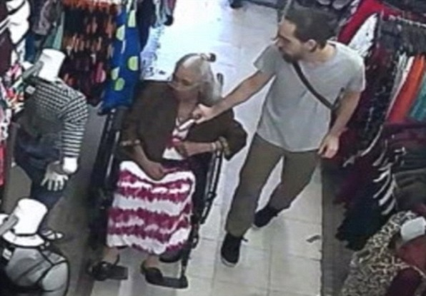 Un pickpocket impitoyable filmé en train de voler la pension d'une vieille de 93 ans