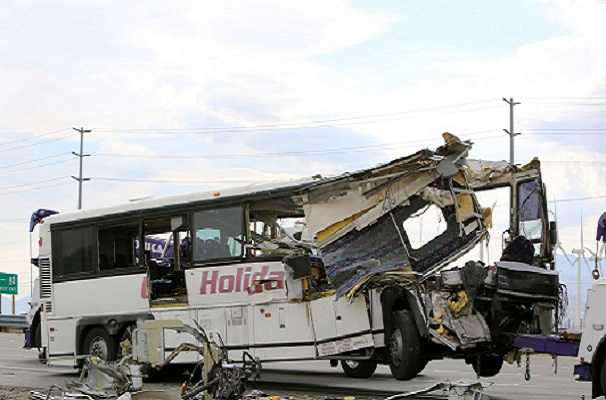 Impressionnant accident en Californie Un bus touristique s'encastre dans un semi-remorque faisant 13 morts