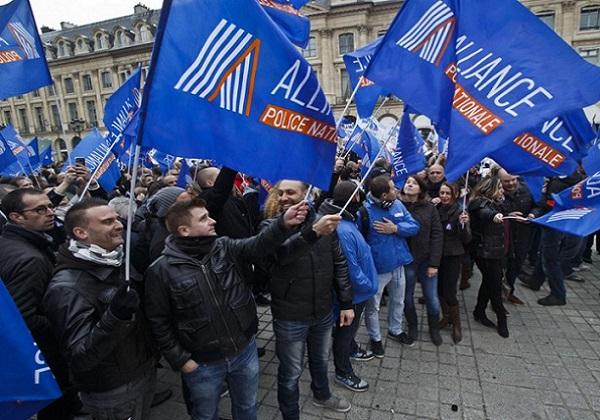 France Des policiers expriment leur ras-le-bol pendant une heure sur les Champs Elysées