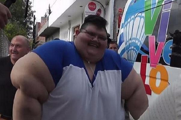 Pour la première fois depuis six ans, le Mexicain de 500 kg, Juan Pedro, sort de chez lui pour se faire opérer