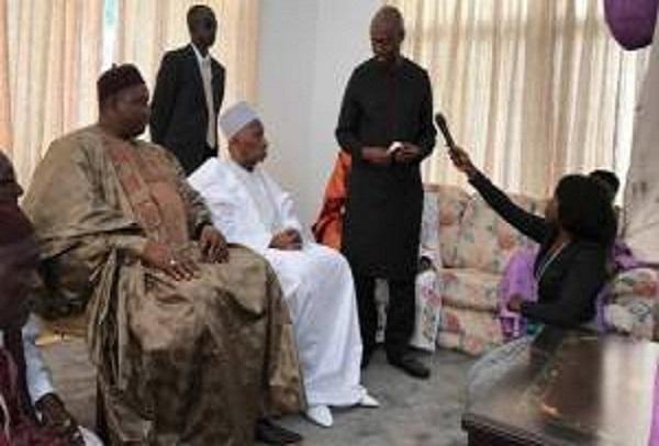 Gambie Le nouveau président Adama Barrow rend visite au premier président gambien, Dawda Jawara