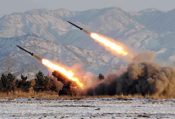 Réaction aux menaces américaines, l'Iran entame des exercices militaires avec des missiles