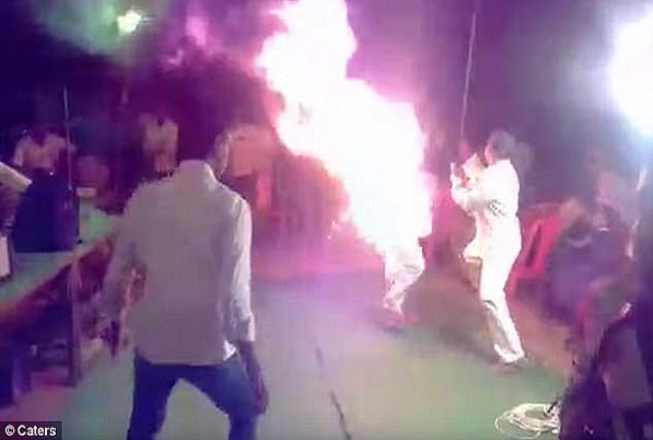 Inde Sa femme refuse d'arrêter de chanter sur scène, furieux, un mari s'immole par le feu devant elle