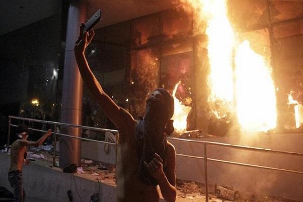 Paraguay : le Parlement  incendié après de violentes manifestations