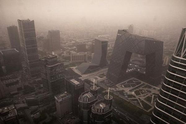 Chine Une énorme tempête de poussière a enveloppé une gosse partie des villes du nord, dégradant fortement la qualité de l'air