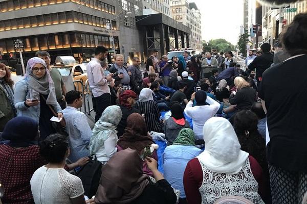 New-York: Solidaires contre la politique discriminatoire de Trump,  des juifs forment des barrières pour protéger des musulmans