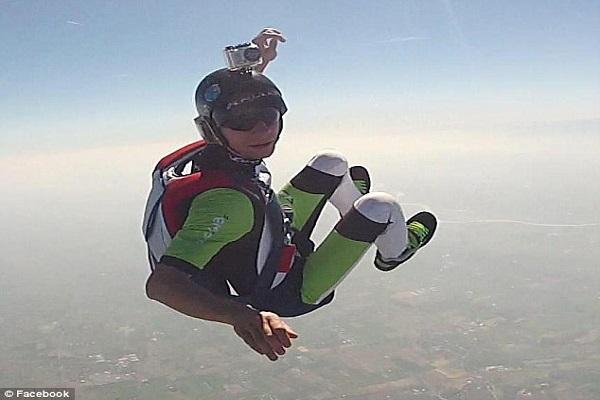Avant de sauter, il prévient sa femme qu'il n'ouvrira pas son parachute