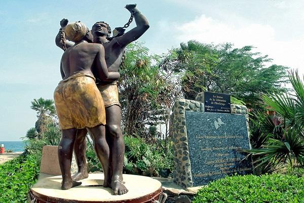 Place de l'Europe à  Gorée : «…l'ériger, c'est raviver des souvenirs douloureux pour des millions de personnes », selon un Collectif international