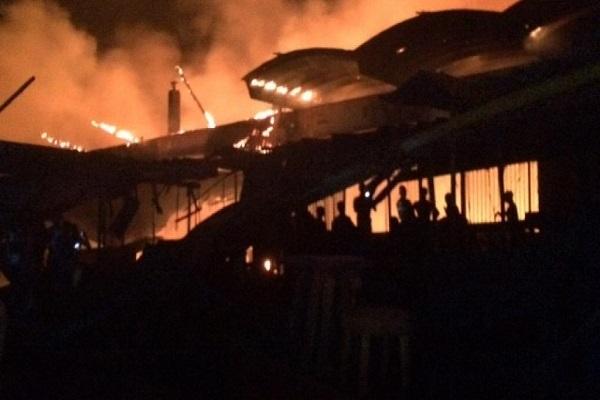 Le grand marché d'Abobo en feu — Abidjan