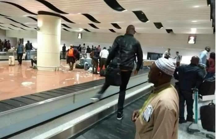 Actes d'Incivisme à AIDB : Des passagers escaladent les tapis distributeurs de bagages