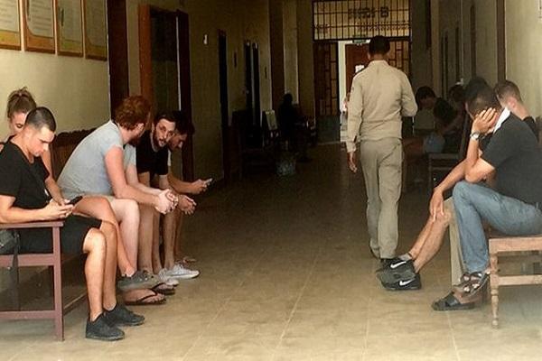 Cambodge : 6 Britanniques, 2 Canadiens, 1 Néo-Zélandais et un autre étranger arrêtés pour « chansons et danses pornographiques