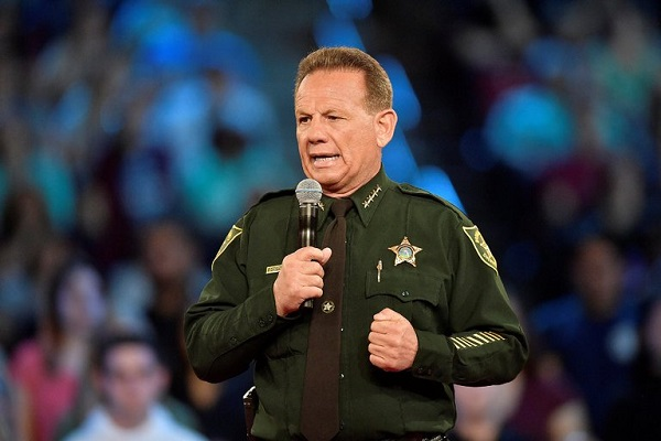 Tuerie de Floride : lourdement incriminé par les vidéos, en disgrâce, un officier de police contraint de démissionner