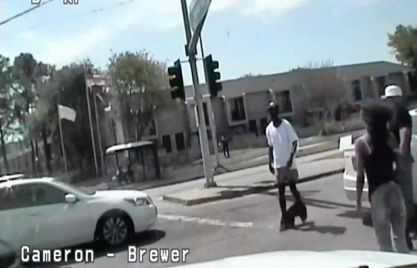 Texas : Un policier blesse mortellement un homme sans armes marchant avec un pantalon baissé