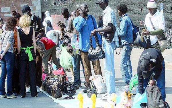 Espagne : des Sénégalais, vendeurs à la sauvette, ont défilé à Barcelone sous le slogan « vêtements légaux faits par des clandestins »