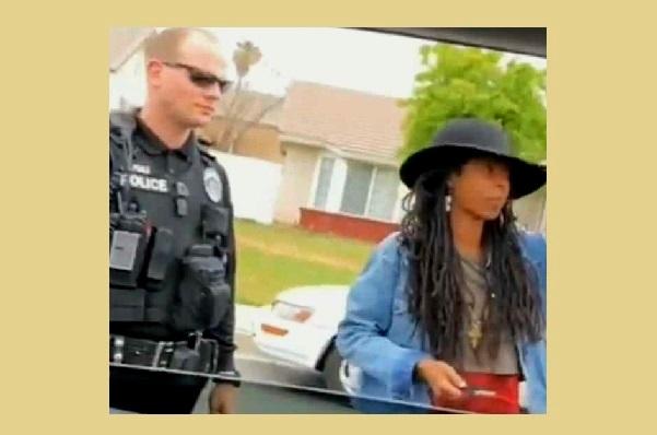 Californie : noire dans un quartier de blancs, la petite-fille de Bob Marley transportant des sacs confondue à une cambrioleuse