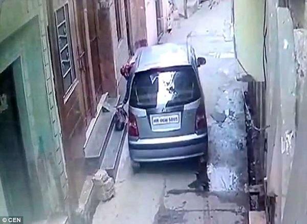 Inde : une femme en voiture filmée en train d'abandonner un bébé devant une porte