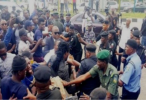 Abuja : Le quartier général de la force des protestataires assiège la police et demande la libération du Reporter de Premium Times