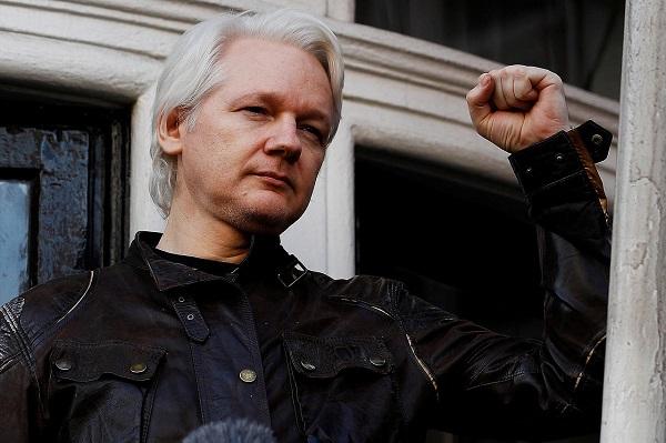 Trouvé dans un box vitré, traité comme un violent criminel : RSF exprime sa solidarité et se dit aux côtés de Julian Assange !