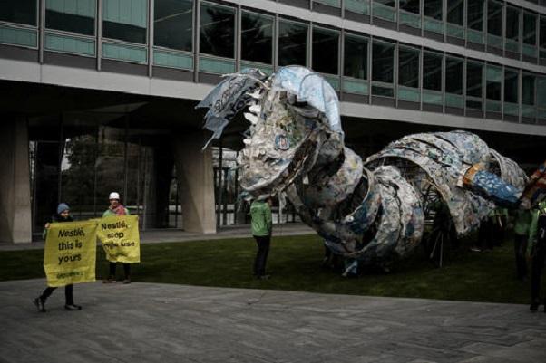 Environnement : des volontaires et activistes de Greenpeace Afrique envoient un monstre en plastique à l'usine de Nestlé au Kenya