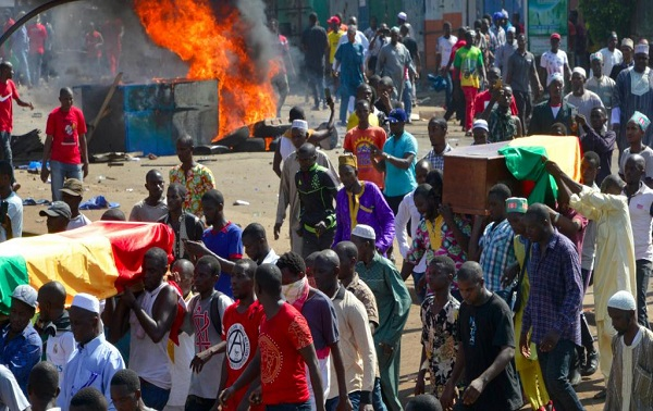 Guinée: Conakry enregistre deux morts après violents affrontements  lors du cortège funèbre des corps des victimes des manifestations contre Condé