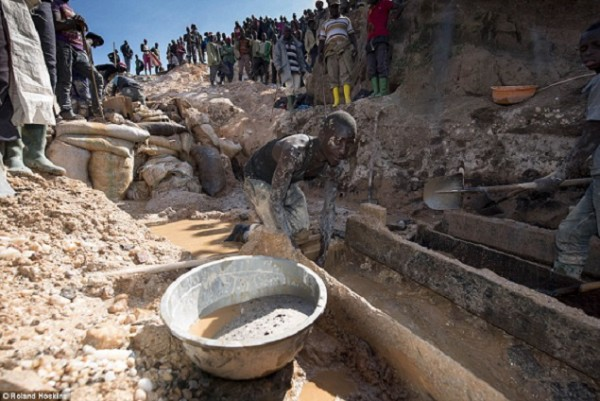Comment des mineurs au cœur de l'Afrique peinent dans des conditions terribles pour extraire les minéraux rares qui alimentent votre iPhone…