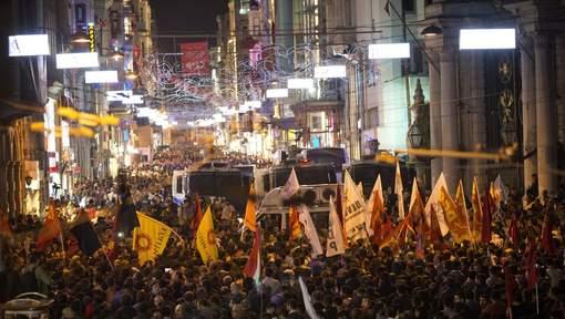 Istanbul : Près de 10.000 manifestants contre le gouvernement après le double attentat qui a fait 86 morts