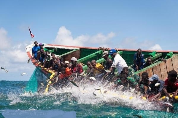 Alerte rouge pour les pêcheurs : Une houleuse accompagnée de phénomènes dangereux annoncée par la Météo