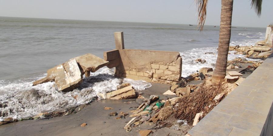 Erosion côtière à Joal: Le seul   hôtel de la localité à moitié sous la mer
