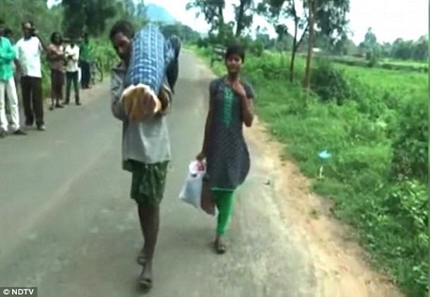 Inde Coup dur dans sa pauvreté, Dana transporte sa femme décédée sur son épaule pendant des kilomètres